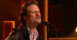 Se en veloplagt Father John Misty sende hilsen til Taylor Swift i ny sang hos 'Saturday Night Live'