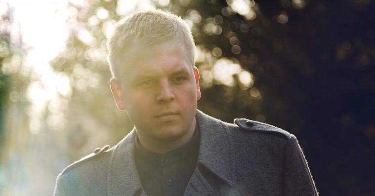 Premiere: Thøger Dixgaard refererer Kim Larsen på ny single, 'Tø mig op'