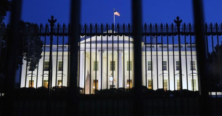 'All Governments Lie': Et hug i nyrerne på medierne