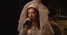 Melodrama, brudekjole og vanvittige moves: Se Lorde optræde med 'Green Light' og 'Liability' i 'SNL'