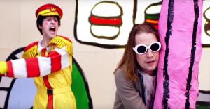 Macaulay Culkin får pisk og bliver kortfæstet i Father John Mistys vanvittige nye musikvideo