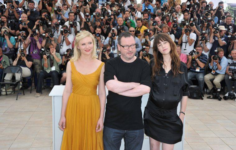 Lars von Trier omringet af Kirsten Dunst og Charlotte Gainsbourg under Cannes-festivalen i 2011, hvor de var med repræsenteret med 'Melancholia'.