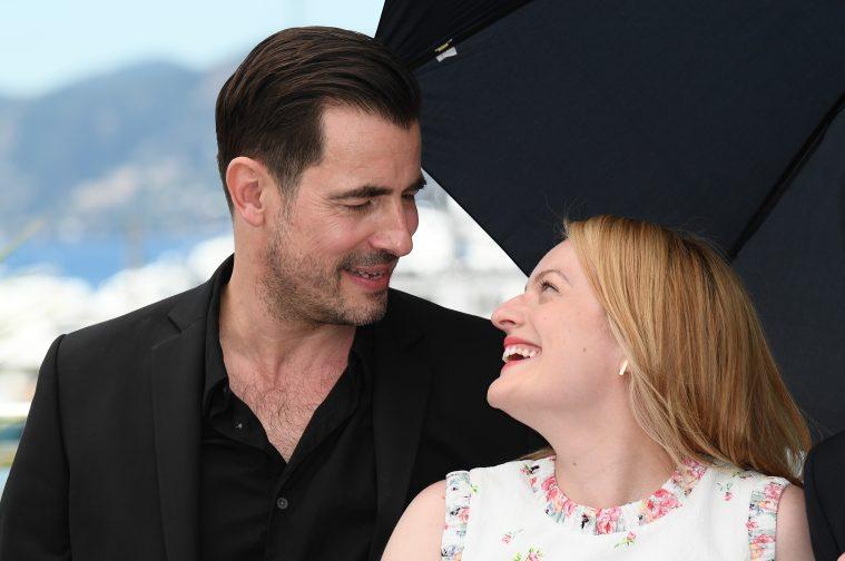 Claes Bang og Elisabeth Moss hygger sig under Cannes-festivalen.