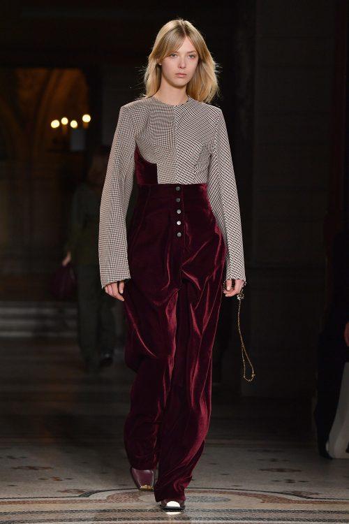 Ulrikke Høyer på catwalken til Stella McCartneys AW17-show i Paris i marts