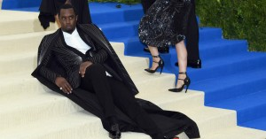 Diddy opfinder en helt ny livsfilosofi ved at beskære Jenner-søstre ud af et billede