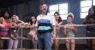 'OINTB'-skaber klar med ny serie om glitter, spandex og kvindewrestling – se traileren