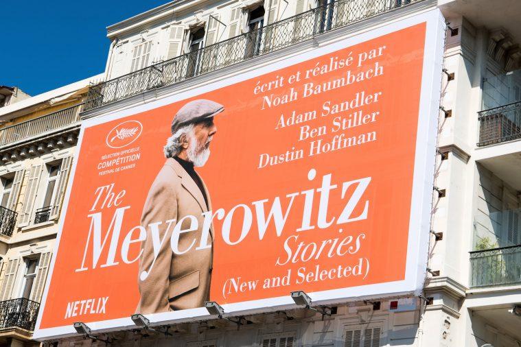 Netflix' reklamerer markant for 'The Meyerowitz Stories' på en husfacade tæt på festivalpalæet i Cannes.