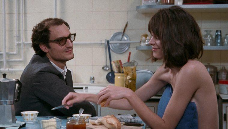 Louis Garrell som Jean-Luc Godard og Stacy Martin som hans ekskæreste i Michel Hazanavicius 'Redoubtable'.