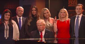 Sæsonfinale i 'SNL': Se Trump-administrationen samles om Leonard Cohens 'Hallelujah' med Baldwin bag klaveret