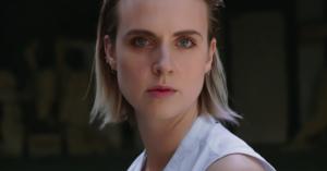 Mø deler video til 'Nights With You' – ild, neonlys og skarpe dansetrin