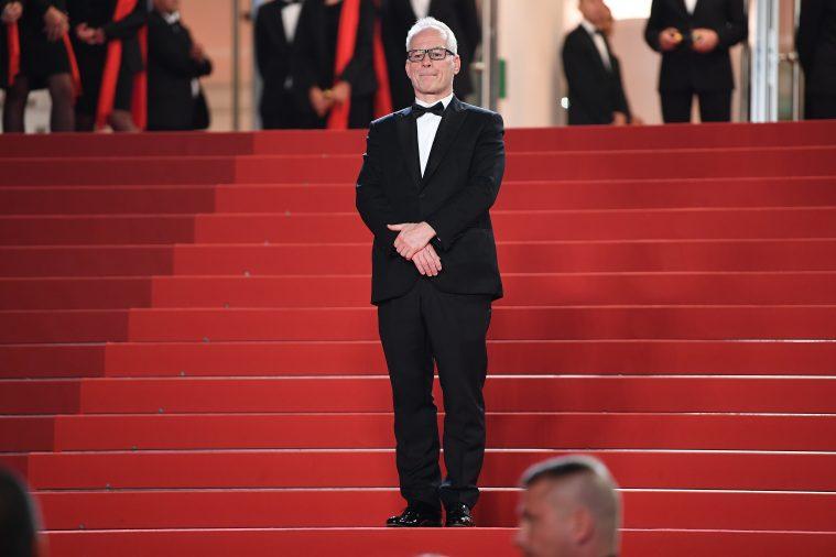 Festivalchef Thierry Fremaux skuer ud over journalister og andet godtfolk.