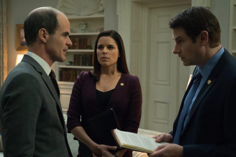 Stabschef Doug (Michael Kelly) fortæller kommunikationschef Seth Grayson (Derek Cecil) og Claires rådgiver Leann Harvey (Neve Campbell), hvor skabet skal stå.