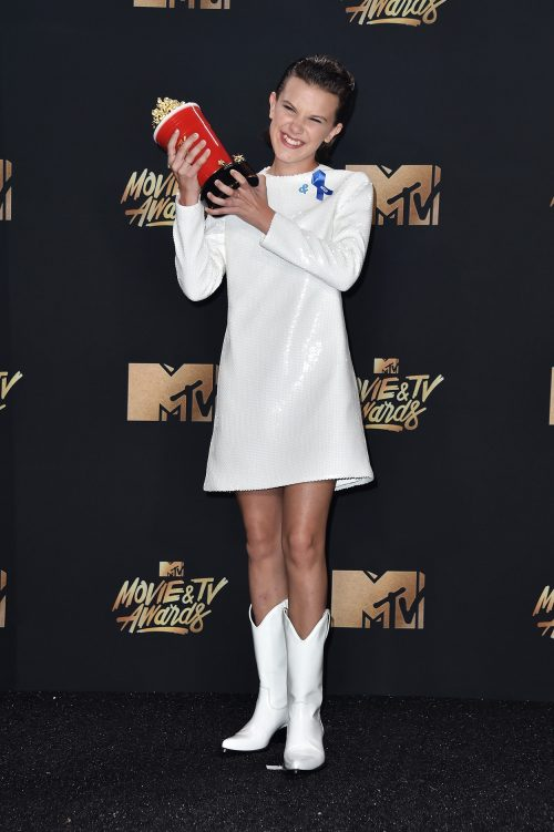 Millie Bobby Brown med prisen for bedste kvindelige skuespiller i en tv-serie