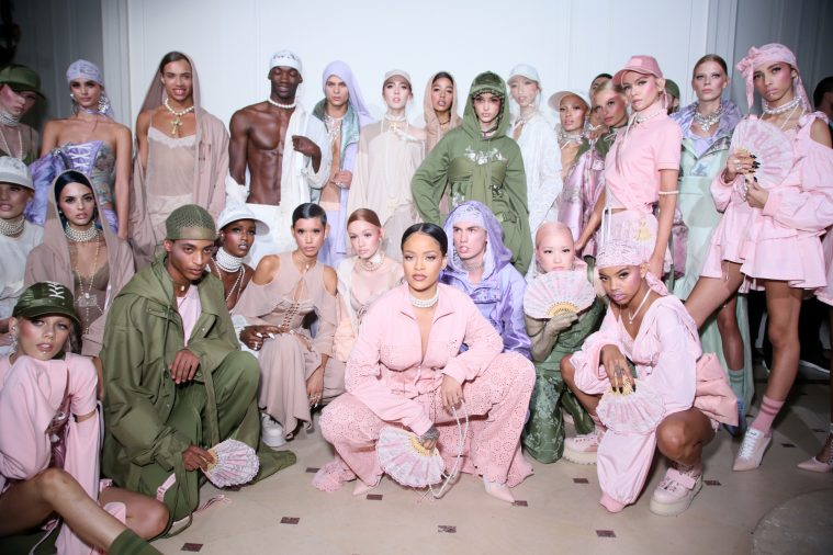 Rihanna backstage med modellerne efter SS17-showet i Paris