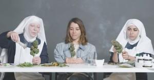 Aubrey Plaza ryger hash med to nonner – og overvejer at konvertere