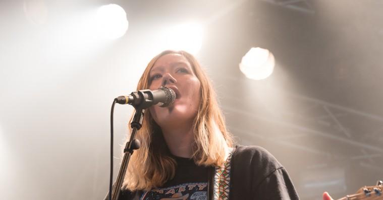 Julia Jacklin på Roskilde Festival: Blændende musikalsk morgengymnastik
