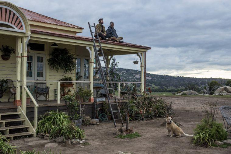 Kevin Jr. og Sr. på et tag i Australien – spillet af Justin Theroux og Scott Glenn.