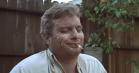 Mac DeMarco i sit es i nye videoer: Leger med døden og spiller sit livs koncert badet i whiskey og bodylotion