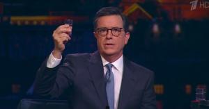 Stephen Colbert annoncerer præsidentkandidatur i 2020 på russisk tv – efter at have tyllet vodkashots