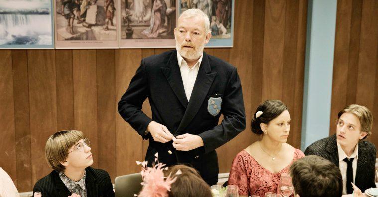 'Gud taler ud': Søren Malling er blændende som villavejens sidste ligusterpatriark