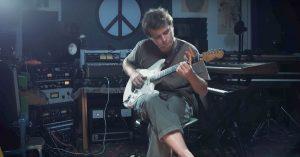 Mac Demarco hyggejammer og fortæller om forholdet til sin guitar – se video