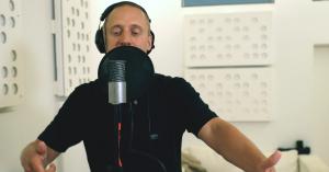 Video: Kom med Pede B i studiet og hør historien bag hans største hit