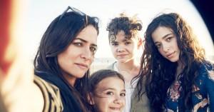 'Better Things' sæson 2: Sjældent er forældreskab skildret så sjovt, rørende og rammende