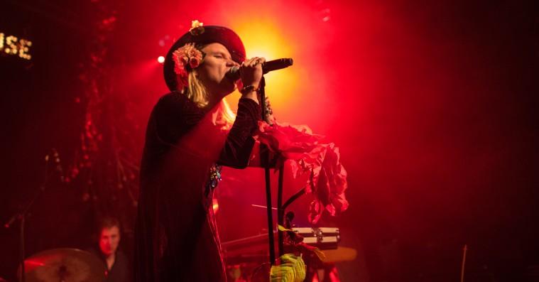 De mest nostalgiske barndomsreferencer på Bisses nye album – fra 'Red Alert' til Tipslørdag