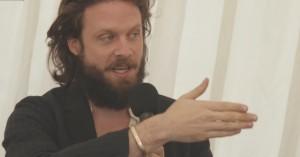 Father John Misty diskuterer sit forhold til andre kunstnere og reagerer på Ryan Adams' svinere