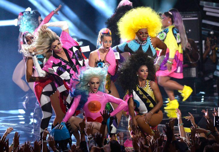 4c16566c99c Miley Cyrus på scenen ved MTV Video Music Awards 2015 (Foto: Kevork  Djansezian/Getty Images)