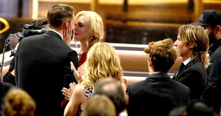 Twitter splittet: Nicole Kidman kysser sin serie-mand for næsen af sin rigtige mand efter Emmy-sejr