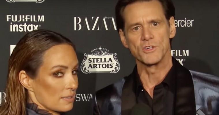 Jim Carrey går i eksistentiel opløsning på den røde løber – se klippet