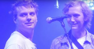 Mac DeMarco inviterer hollandsk fanboy på scenen – se ham naile 'Freaking Out the Neighborhood'