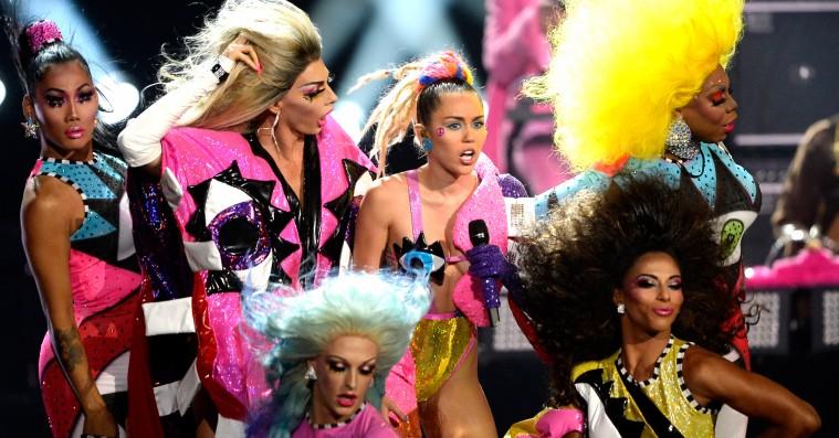 Mig og Miley: Popstjernens image-udvikling set gennem en millennials øjne – fra purity ring til strap-on
