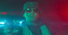 Ild, røg og politibiler i videoen til Basim og Gillis 'Comme Ci Comme Ça'