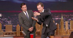 Se Benedict Cumberbatch dele ud af sine trylletricks hos en imponeret Jimmy Fallon