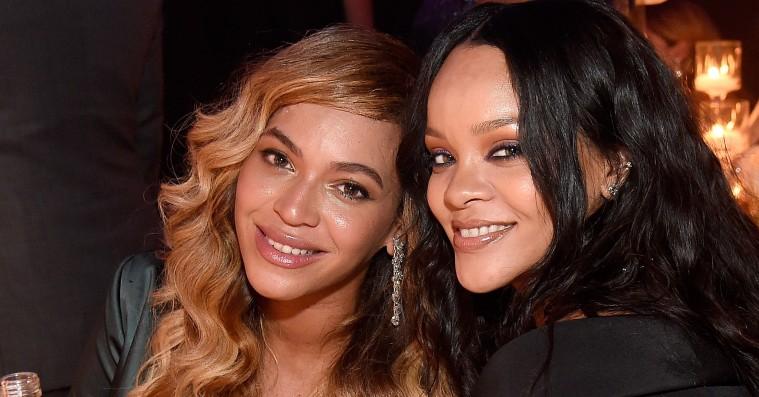 Beyoncé og Rihanna maner alle rygter om uvenskab i jorden – poserer sammen til Diamond Ball