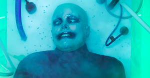 Fever Ray genopstår i vanvittig musikvideo – hør comeback-singlen 'To the Moon and Back'