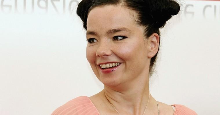 Björk uddyber sexchikane-anklager: Fik seksuelle tilbud og uønskede knus af »dansk instruktør«