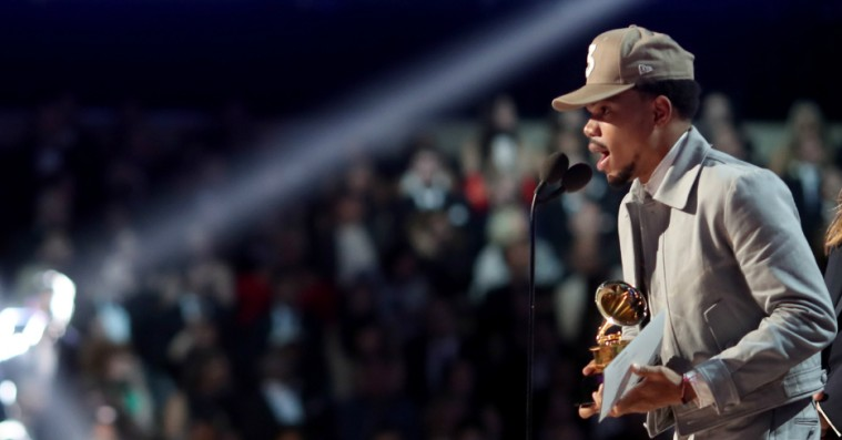 Chance the Rapper bruger sine Grammy-statuetter til at lære sin datter at tælle