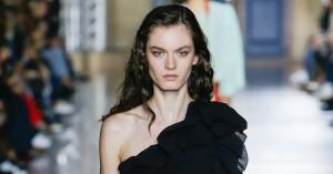 Givenchys nye chefdesigner trak modehuset i en blødere retning med sin debutkollektion