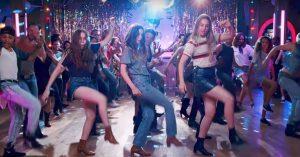 Haim er latterligt charmerende i ny dansevideo til 'Little of Your Love' – Paul Thomas Anderson på spil igen