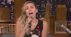 Miley Cyrus og Jimmy Fallon duellerer i musikgenrer – hør 'Bodak Yellow' som storstilet popballade