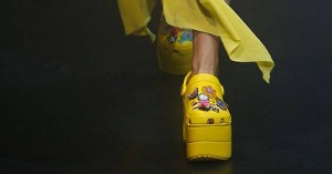 Demna Gvasalias seneste LOL-mode: Plateau-Crocs og scootertasker