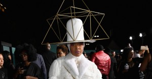 Erykah Badu sætter nye standarder for sit hatte-game ved Soul Train Awards