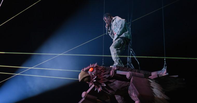 Travis Scott rappede 'Butterfly Effect' ovenpå en kæmpestor flyvende ørn til MTV EMA's