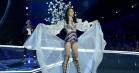 Victoria's Secret-model skvatter på catwalken, men fortsætter på mesterlig vis