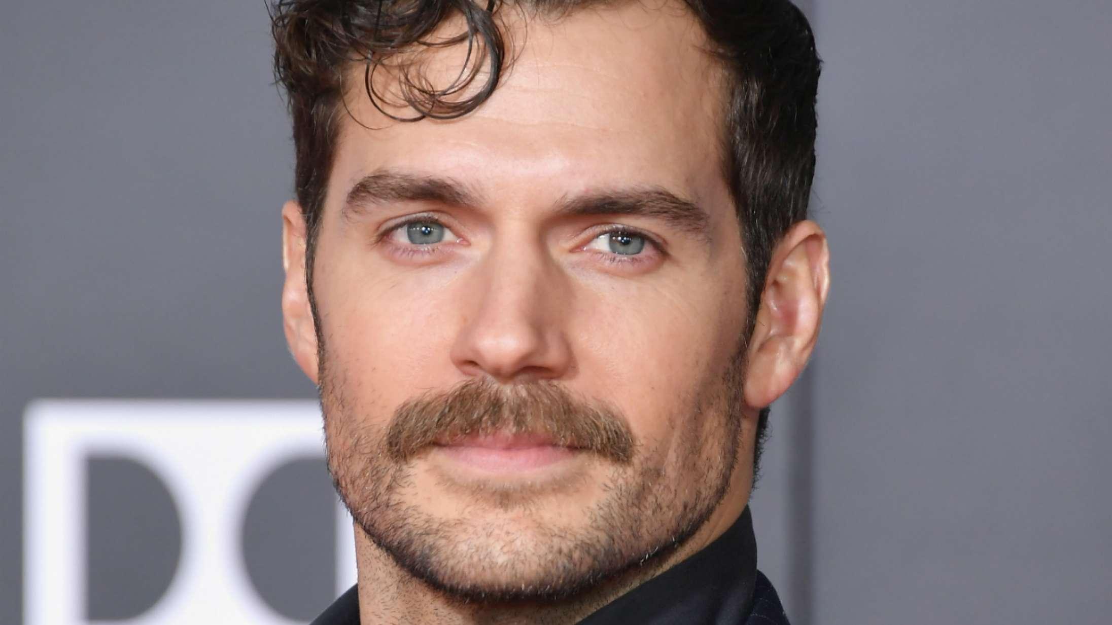 Henry Cavills episke moustache er tilbage i en god sags tjeneste – donerer penge til Movember