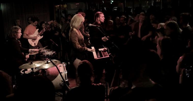 Alex Cameron på Ideal Bar: En croonende entertainer i øjenhøjde med publikum