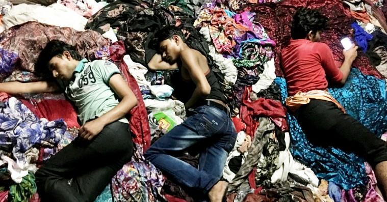 'Maskiner': Du kan smage kemikalierne i film om en tøjfabrik i Indien